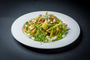 Фреш-салат с голубым сыром и орехами