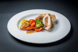 """Куриные кармашки с овощами и грибами с пюре из шпината с соусом """"Демиглас"""""""