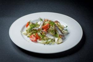Салат из цикория с мацареллой и анчоусами