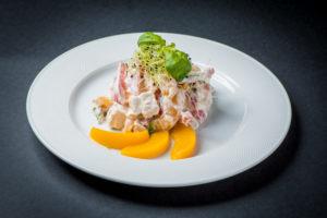Салат с копченой курицей и персиком